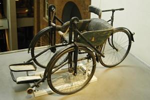 """Pomocí invalidním veteránům z první světové války se zabývá také stálá expozice londýnského Imperiálního válečného muzea. Vystavuje tento invalidní vozík – Dayton Manumotive Invalid Chair z produkce továrny Charlese Daye, který před válkou začal s výrobou jízdních kol a v roce 1916 se přeorientoval právě na """"kolečková křesla"""". FOTO: Jaroslav Beránek"""