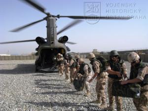 Vojáci 2. jednotky PRT Logar vykládají pomocí lidského řetězu svoji bagáž z vrtulníku Boeing CH - 47 Chinook, kterým přiletěli dne 17. srpna 2008 na americkou předsunutou operační základnu Shank v Afghánistánu. Foto Jindřich Plescher