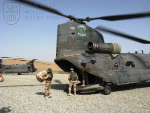 Vojáci 2. jednotky PRT Logar vykládají materiál z vrtulníku Boeing CH - 47 Chinook, kterým přiletěli dne 17. srpna 2008 na americkou předsunutou operační základnu Shank v Afghánistánu. Foto Jindřich Plescher