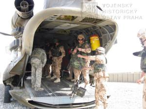 Vojáci 2. jednotky PRT Logar vykládají svoji bagáž z vrtulníku Boeing CH - 47 Chinook, kterým přiletěli dne 17. srpna 2008 na americkou předsunutou operační základnu Shank v Afghánistánu. Foto Jindřich Plescher