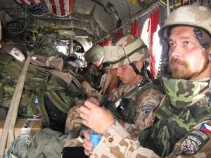 Vojáci 2. jednotky PRT Logar sedí ve vrtulníku Boeing CH - 47 Chinook během letu z americké základny Bagram na předsunutou operační základnu Shank.  Foto Jindřich Plescher