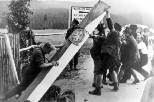 Nejznámější fotografie z podzimu 1938, Němci povalují československý hraniční sloup.
