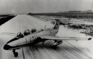 Cvičný proudový letoun L-29 Delfín na letišti