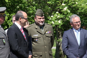 Zleva: český velvyslanec v Rakousku Jan Sechter, ředitel VHÚ  plk. Aleš Knížek a zástupce dolnorakouského hejtmanství.