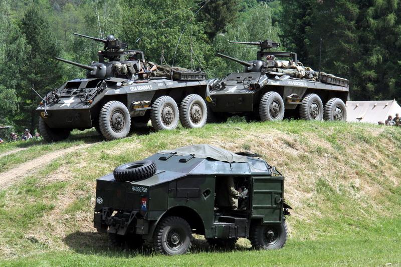 Defilé dělostřelecké techniky - dvě vozidla Greyhound