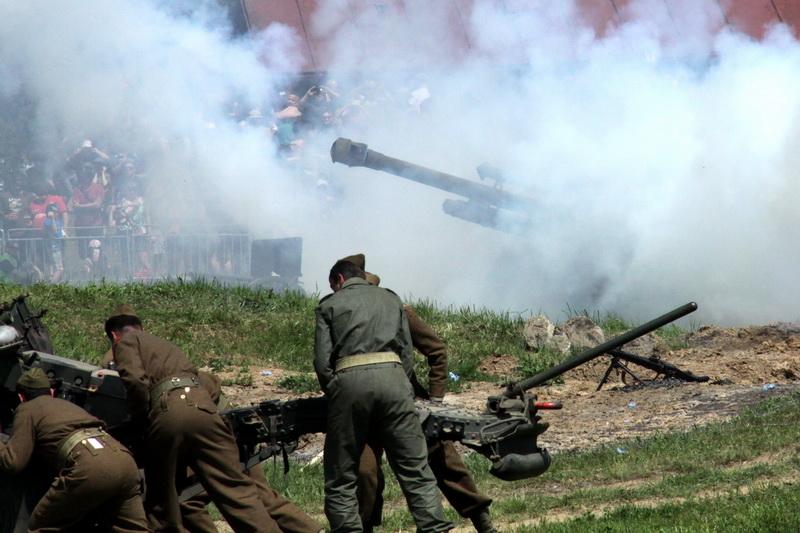 Dělostřelecké salvy na závěr ukázek v aréně