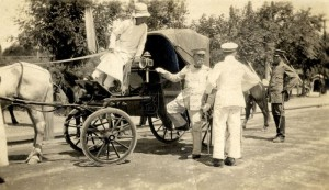 Japonský generál s manželkou a doprovodem v Charbinu