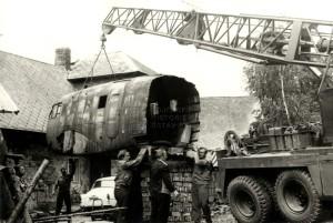 Nakládání trupu C-3AF za účelem jeho odvozu do Kbel dne 27. července 1976