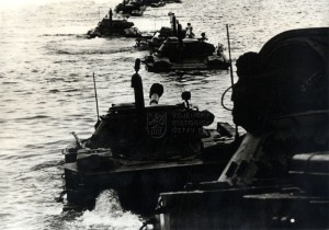 Plovoucí tanky PT-76 sovětské námořní pěchoty při plavbě