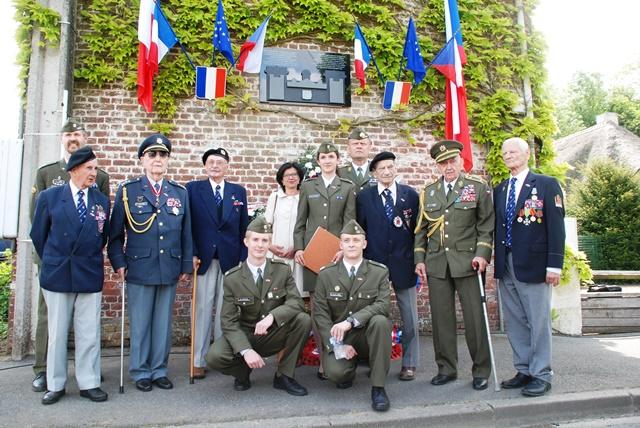 Společné foto u nové pamětní desky ve Wormhoutu. Foto Jindřich Plescher