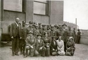 Snímek žižkovského muzea z meziválečné doby, vlevo je vidět, že na místě, kde po válce stával tank, tehdy stálo dělo. Foto sbírka Jiřího Plachého.