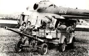 82mm bezzákluzový kanón vz. 59 tažený vozem GAZ-69 při nakládání do vrtulníku Mi-8 československých výsadkových jednotek