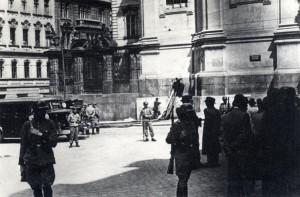 Boj nacistů s obklíčenými parašutisty v kryptě pravoslavného chrámu 18. června 1942 - pražští hasiči stříkají vodu do krypty