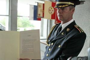 Plk. Vladimír Studený z vojenské kanceláře prezidenta republiky s listem Miloše Zemana