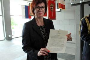 Alena Netolická, náměstkyně ministra obrany s listem ministerstva obrany