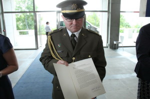 Pplk. Jan Fedosejev z VHÚ s listem z této organizace