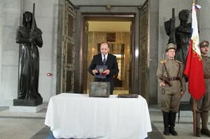 Slavnostní akt na Vítkově, před hrobem neznámého vojína od Zborova