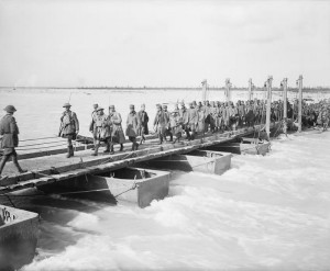 William Joseph Brunell: Rakousko-uherští váleční zajatci překračují po pontonovém mostu Piavu nedaleko Salettuolu. Stráží je britští vojáci z 2. praporu Gordon Highlanders, listopad 1918. FOTO: IWM