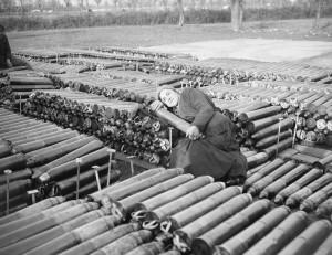 William Joseph Brunell: Italská dělnice, zaměstnaná Britskou armádou, pózuje na osmnáctiliberních dělostřeleckých granátech, listopad 1918. FOTO: IWM