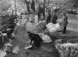 Ernest Brooks: Královští ženisté pozorují italské selky, které jim perou prádlo, listopad – prosinec 1917. FOTO: IWM
