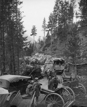 William Joseph Brunell: Italští a britští vojáci sestupují po silnici z náhorní plošiny u Asiaga, 2. listopad 1918. FOTO: IWM
