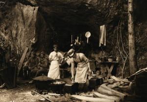 Příprava jídla v improvizovaných podmínkách.  FOTO: VHÚ Praha