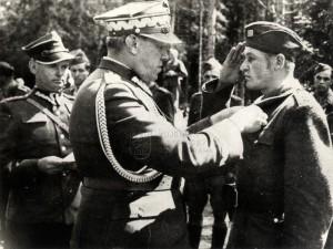 Dekorování Čechoslováka polským generálem za společný boj proti banderovcům
