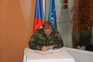 Slavnostní vernisáž - podepisuje se náčelník GŠ AČR Josef Bečvář.