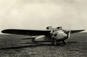 Praga E-114 s odklopeným kabinovým krytem a částí náběžné hrany křídla