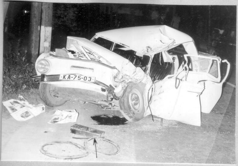 Zničené Gazdovo auto, v popředí ulomený nárazník sovětského nákladního automobilu