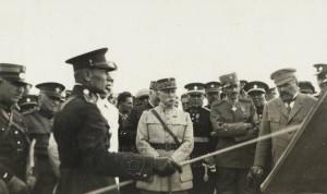 Gen. Sergej Vojcechovský, zemský vojenský velitel na Moravě, vysvětluje cvičební situaci během závěrečných cvičení na Hané v srpnu 1929. FOTO: VHÚ