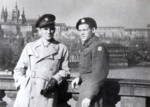 Jaroslav Klemeš (vlevo) na dobové fotografii. Foto sbírka VHÚ / Rukopis generála Rudolfa Krzáka