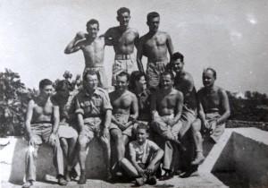 Jaroslav Klemeš (zcela nahoře uprostřed) na dobové fotografii. z druhé světové války. Foto sbírka VHÚ / Rukopis generála Rudolfa Krzáka