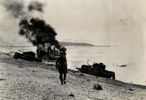 Dieppe 1942 - německý strážný na pláži u hořícího výsadkového plavidla po boji