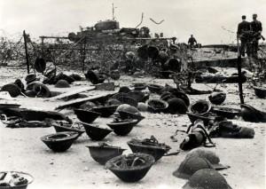 Dieppe 1942 - opuštěné přílby, v pozadí tank Churchill