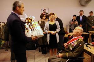 Ministr obrany Martin Stropnický blahopřeje Jaroslavu Klemešovi k jeho 95. narozeninám, leden 2017