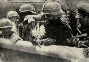 Němečtí vojáci odstraňují z hraniční závory polský státní znak. Foto sbírka VHÚ.