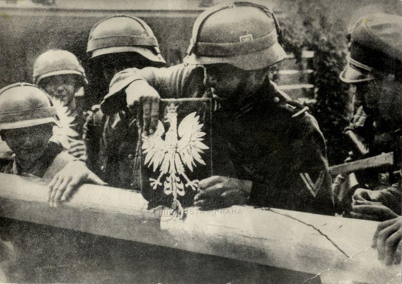 Němečtí vojáci odstraňují polský státní znak
