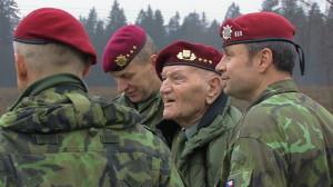 Mezi svými: J. Klemeš společně s výsadkáři Armády České republiky