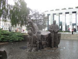 Do prostoru zakomponovaný monumentální pomník varšavského povstání na náměstí Krasińských. Jde o jedno z míst, odkud se při porážce povstání pokoušeli bojovníci Zemské armády uniknout zajetí městskou kanalizací. FOTO: J. Plachý