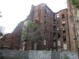 Jeden z mála starých domů dosud stojících v bývalém ghettu. Přes svojí pohnutou historii již před sebou evidentně nemá příliš dlouhou budoucnost. FOTO: J. Plachý