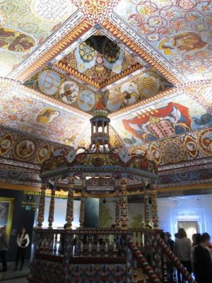 """Replika vnitřku dřevěné malované synagogy zhotovená v měřítku 1:1 v hlavní expozici Muzea dějin polských Židů """"Polin"""". FOTO: J. Plachý"""
