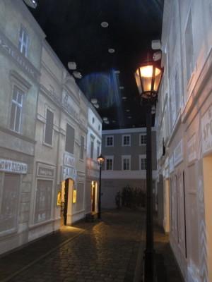 Digitální technikou vytvořená dokonalá iluze ulice v židovské čtvrti polského města na počátku 20. století. FOTO: J. Plachý