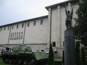 Hlavní budova Muzea polského vojska.  V popředí sovětský tank s rozlišovacími znaky tzv. Berlingovy armády (polský orel bez královské koruny), tedy polského vojska vytvořeného na území SSSR po odchodu Andersových jednotek. Vedle něj pomník polským dobrovolníkům z let 1917–1918. Původní pomník z roku 1930 byl zničen komunistickou vládou v roce 1948 a znovu obnoven v roce 2001. FOTO: J. Plachý