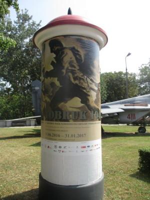 """Plakát zvoucí na výstavu """"Tobruk"""" v Muzeu polského vojska. FOTO: J. Plachý"""