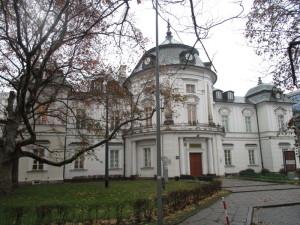 """Hlavní budova Muzea nezávislosti. Původní objekt z 18. století byl téměř zcela zničen během Varšavského povstání. Jako v případě většiny """"historických"""" staveb v dnešní Varšavě jde o """"novostavbu"""" z 50. let 20. století. FOTO: J. Plachý"""