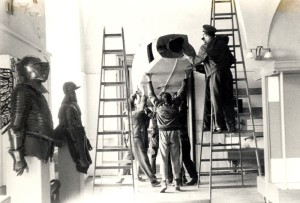 BH-11C - manipulace s trupem letounu v prostorách Schwarzenberského paláce. . Foto sbírka VHÚ.