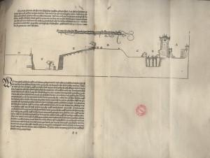 Boční pohled na opevněné město s popisným textem.