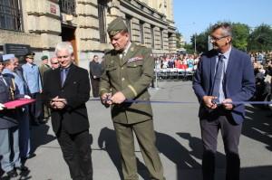 Autoři výstavy Prokop Tomek (vpravo) a Ivo Pejčoch (vlevo), uprostřed náčelník GŠ AČR generál Josef Bečvář