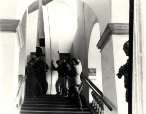 Trup letounu Avia BH-11C na schodišti Schwarzenberského paláce. Foto sbírka VHÚ.